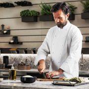 El chef Carlo Cracco mostrando las cualidades de la Cocina Mia