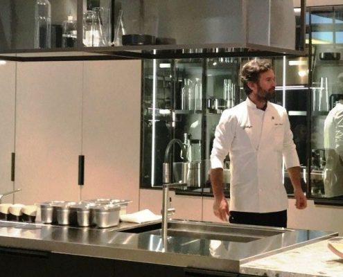 El chef Carlo Cracco presentando la nueva de la Cocina Mia de Sacavolini en la Feria de Milán