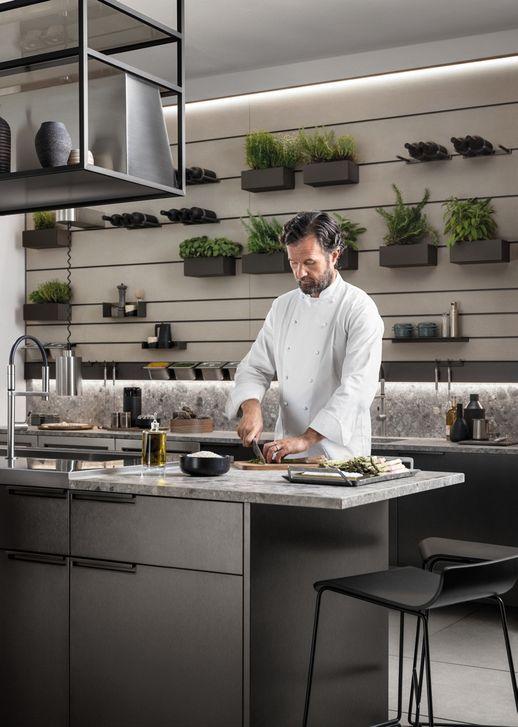 El chef Carlo Cracco probando la cocina Mia