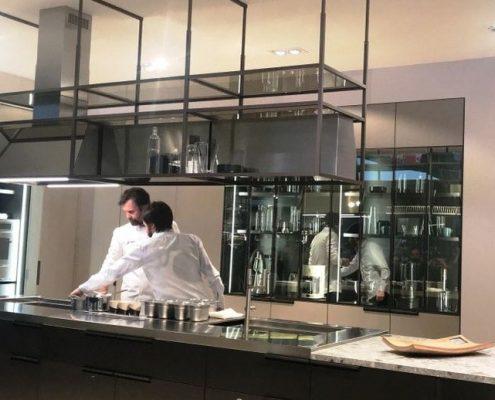El chef Carlo Cracco probando la nueva de la Cocina Mia de Sacavolini