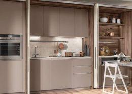 Una paleta de colores neutros que hace que este espacio para vivir resulte acogedor.Melamina decorativa Azimut para las puertas exteriores, melamina decorativa Gris Adoquín para las puertas de la cocina.