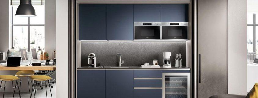 Acabados de tendencia: puertas exteriores en lacado efecto oxidado Stained Steel y puertas de la cocina en lacado mate Azul Moon.